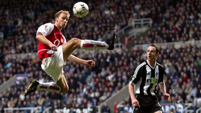 Dennis Bergkamp (kiri) saat memperkuat Arsenal