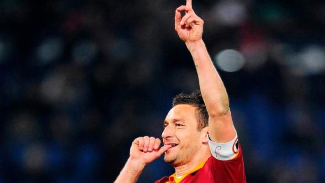 Francesco Totti rayakan gol ke gawang Genoa