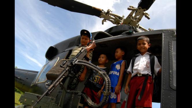 Ilustrasi/Anak-anak di Papua menyaksikan pameran Alutsista di Jayapura Papua