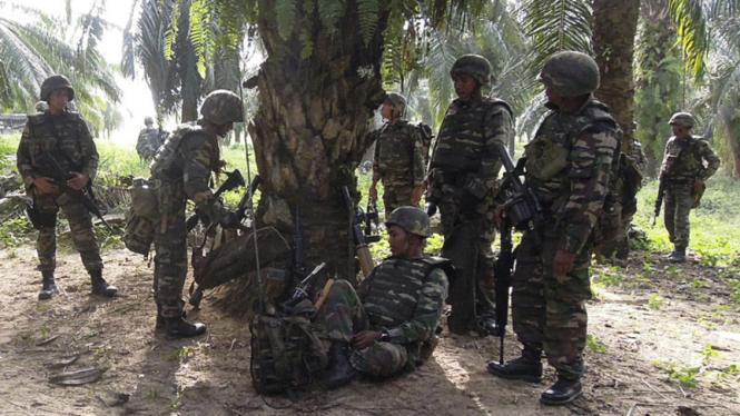 Tentara Malaysia Berpatroli di Kampung Tanduo
