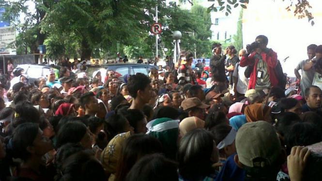Unjuk rasa MKRI di depan Gedung YLHBI