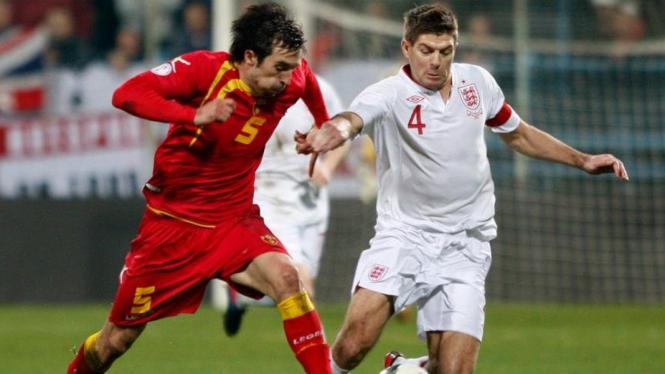 Steven Gerrard (kanan) saat Inggris Vs Montenegro