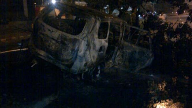 Mobil Toyota Avanza B 1656 ZFC yang terbakar di Jalan Sudirman