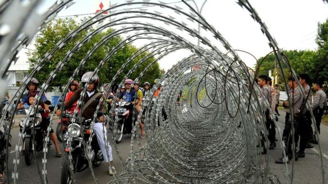 Polisi Berjaga di Depan Kantor Pemerintahan Palopo