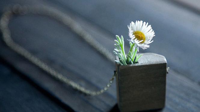 Kalung bunga asli karya Evan Lentz