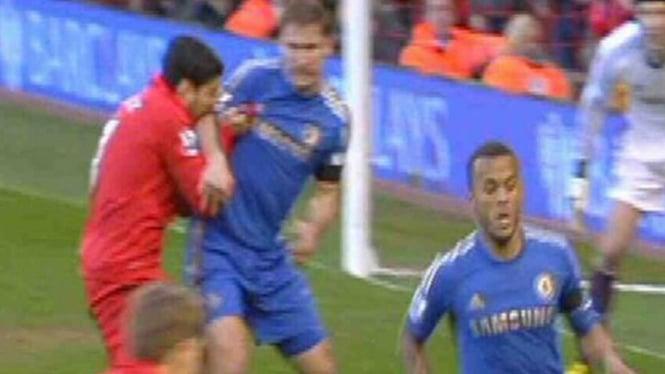 Luis Suarez menggigit lengan Branislav Ivanovic