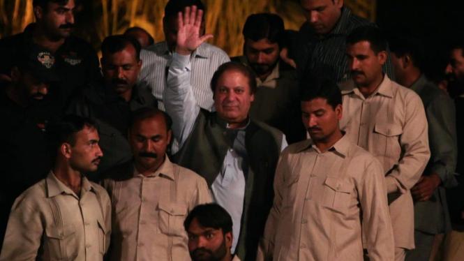 Perdana Menteri Pakistan Nawaz Sharif  melambaikan tangannya.