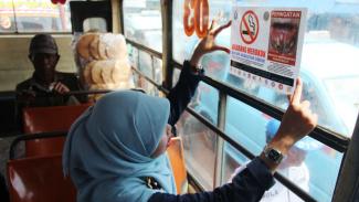 Ilustrasi/Pemasangan larangan merokok di angkutan umum.