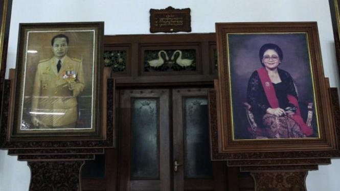 Foto Presiden Soeharto dan dan Ibu Tien di Dalem (rumah) Kalitan, Solo.