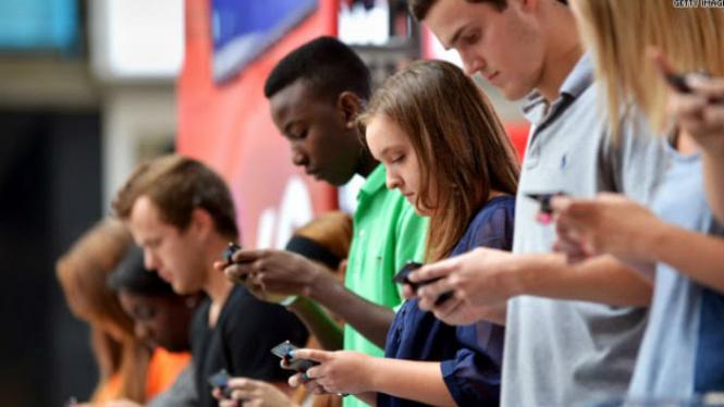 Generasi muda yang sibuk dengan gadget-nya.