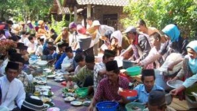 Acara makan besar dalam tradisi Perlon Unggahan