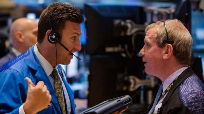 Para pialang sedang berbincang di Bursa Efek New York.
