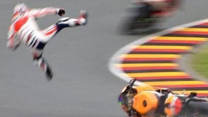 Pembalap Honda, Dani Pedrosa, saat terjatuh dari motornya