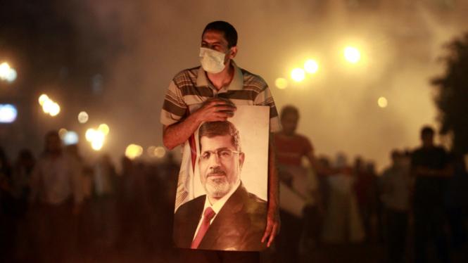 pendukung presiden Mursi bentrok dengan polisi