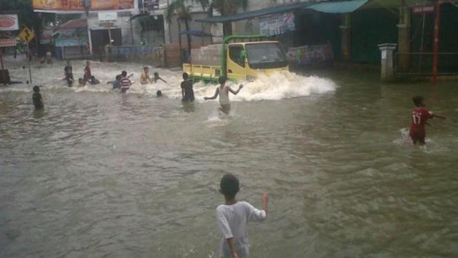 Banjir, jalan raya di Depok jadi kolam renang