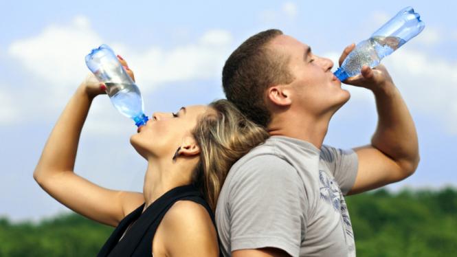 Ilustrasi minum air untuk mengatasi dehidrasi