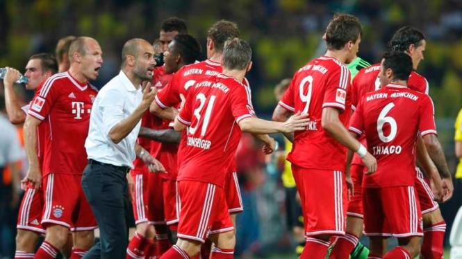 Pelatih Bayern Munich, Pep Guardiola, bersama timnya