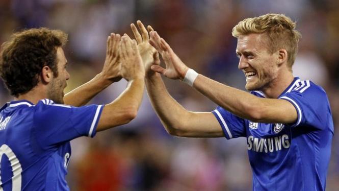 Pemain Chelsea, Andre Schurrle (kanan) merayakan gol dengan Juan Mata