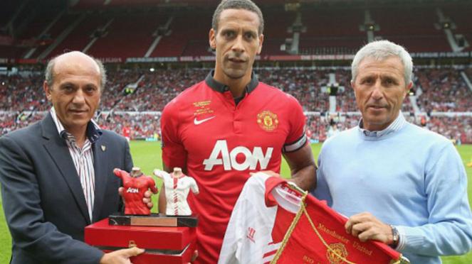 Mantan bek Manchester United, Rio Ferdinand (tengah)