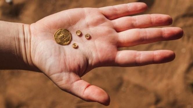 Koin-koin era Kekaisan Bizantium yang ditemukan di Tel Aviv, Israel.