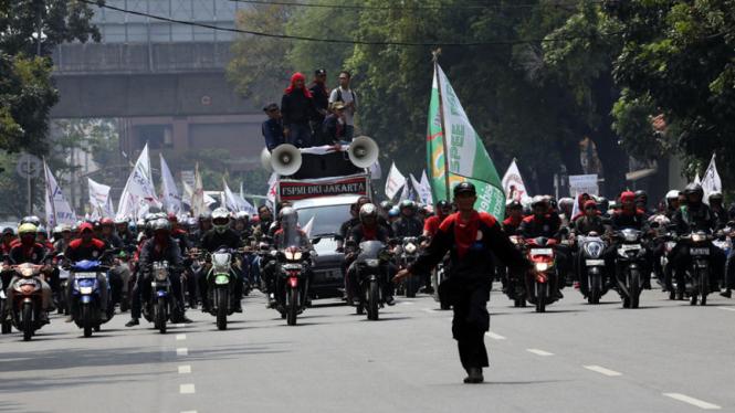 Buruh Unjuk Rasa di Balai Kota