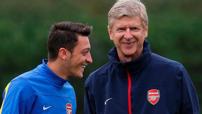 Pemain Arsenal, Mesut Oezil, dan manajernya, Arsene Wenger