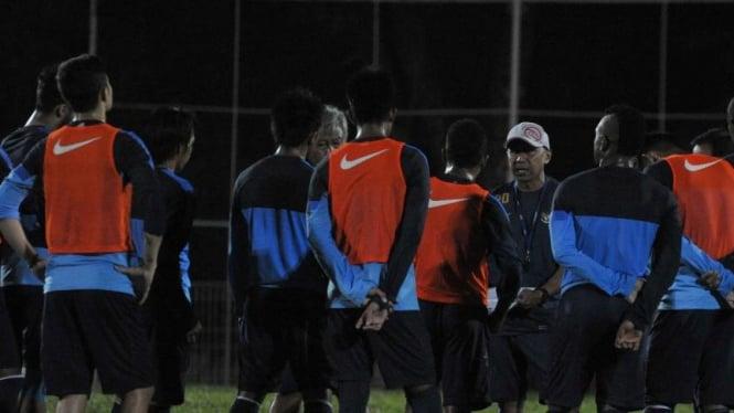 Pelatih Timnas Indonesia U-23, Rahmad Darmawan (bertopi)