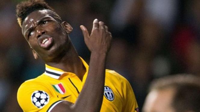 Pemain Juventus, Paul Pogba, tampak kesal saat menghadapi Copenhagen
