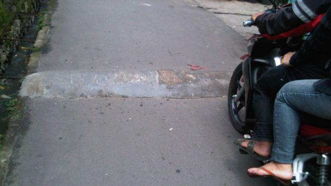 Polisi tidur berada di jalan