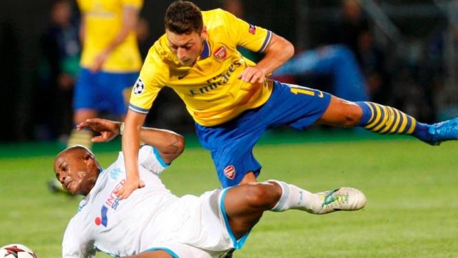 Pemain Arsenal, Mesut Oezil, dan pemain Marseille, Andre Ayew