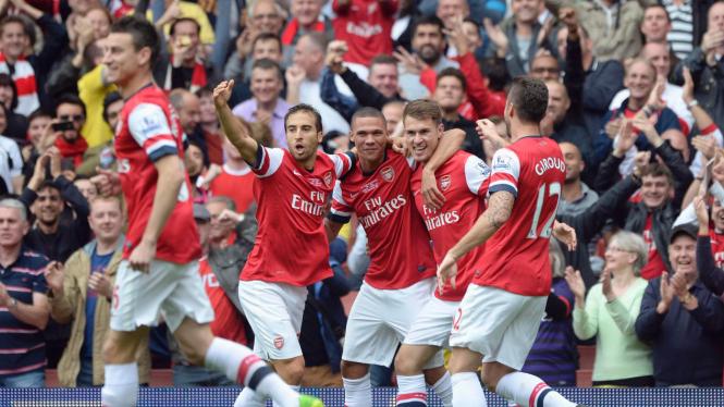 Para pemain Arsenal merayakan gol