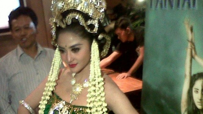 Dandan Ala Nyi Roro Kidul Dewi Perssik Butuh 5 Jam Viva