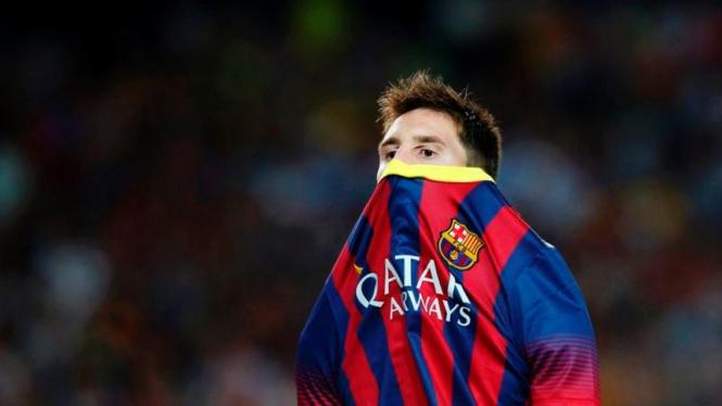 Pemain Barcelona, Lionel Messi, menutup wajahnya dengan jersey