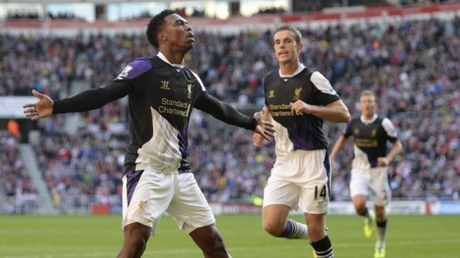 Pemain Liverpool, Daniel Sturridge (kiri), saat merayakan gol