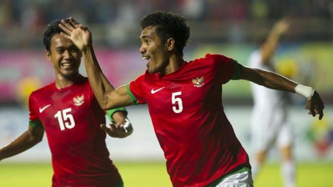 Pemain Timnas Indonesia, Alfin Tuasalamony, merayakan gol