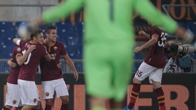 Pemain Roma saat berkumpul merayakan gol ke gawang Bologna
