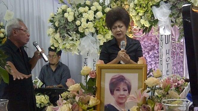 Minggus Tahitoe dan Rita Nasution di depan peti Diana Nasution