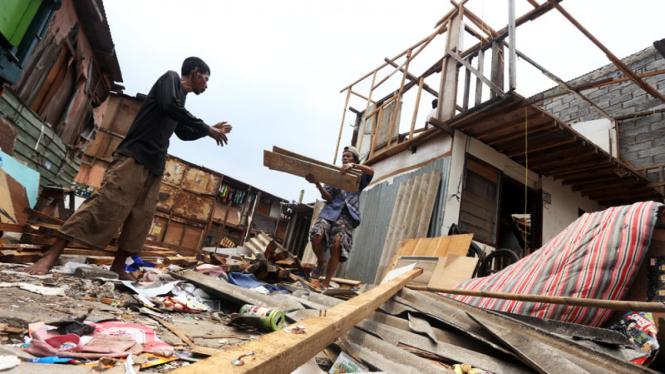 Warga Waduk Ria Rio Bongkar Bangunan Miliknya