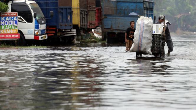 Banjir Rob Genangi Kawasan Baru Ancol