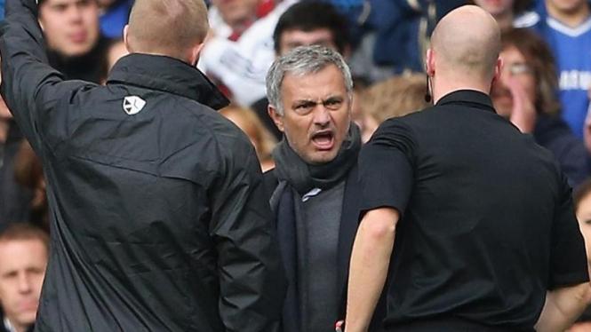 Pelatih Chelsea, Jose Mourinho (tengah), memprotes wasit