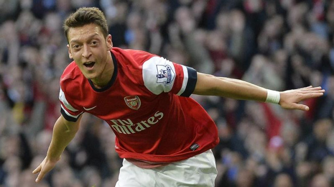 Pemain Arsenal, Mesut Oezil, usai cetak gol