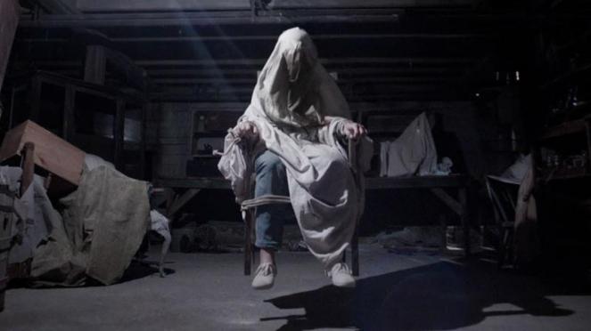 Salah satu adegan film The Conjuring, bercerita tentang rumah yang berhantu