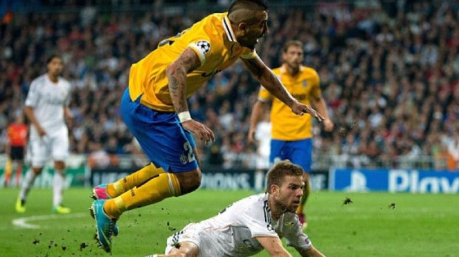 Pemain Juventus, Arturo Vidal, terjatuh saat lawan Real Madrid
