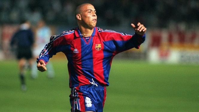 Ronaldo Brasil ketika memperkuat Barcelona