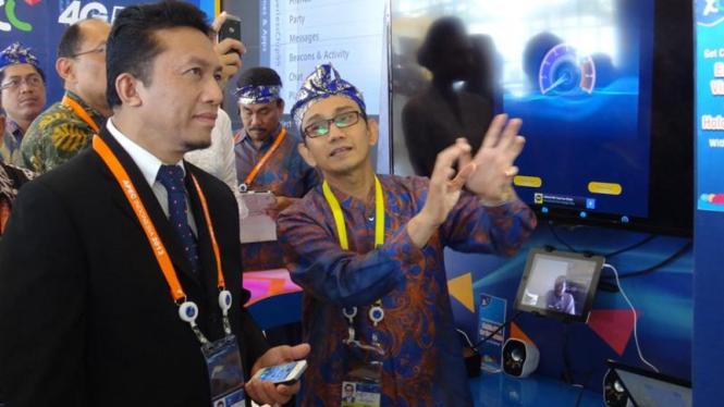 CEO PT XL Axiata Hasnul Suhaimi (kanan) bersama Menkominfo Tifatul Sembiring