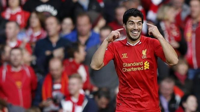 Pemain Liverpool, Luis Suarez, merayakan golnya
