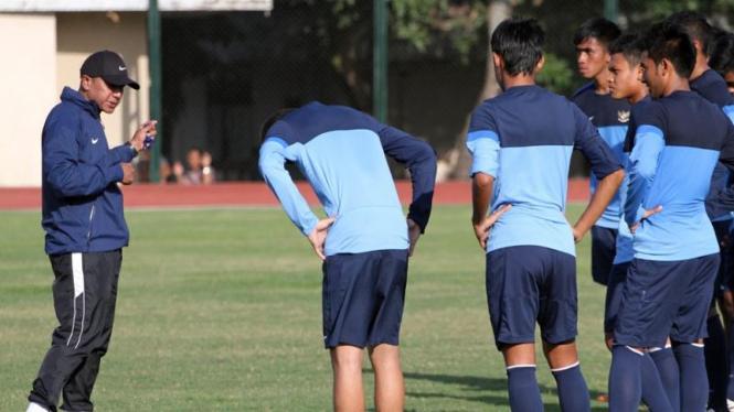 Pelatih Timnas Indonesia U-23, Rahmad Darmawan (kiri)