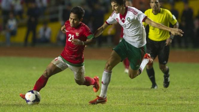 Pemain Timnas Indonesia U-23, Andik Vermansyah (merah)