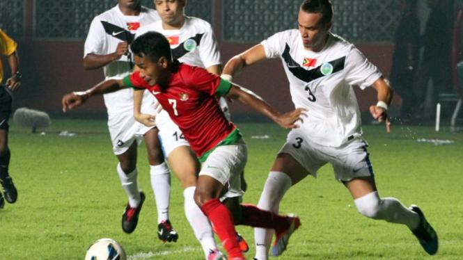 Pemain Timnas Indonesia U-23, Ramdhani Lestaluhu (merah)