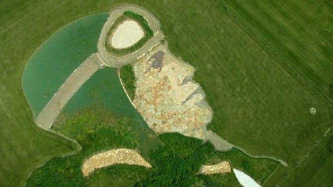 lukisan wajah Amelia Earheart di atas bukit